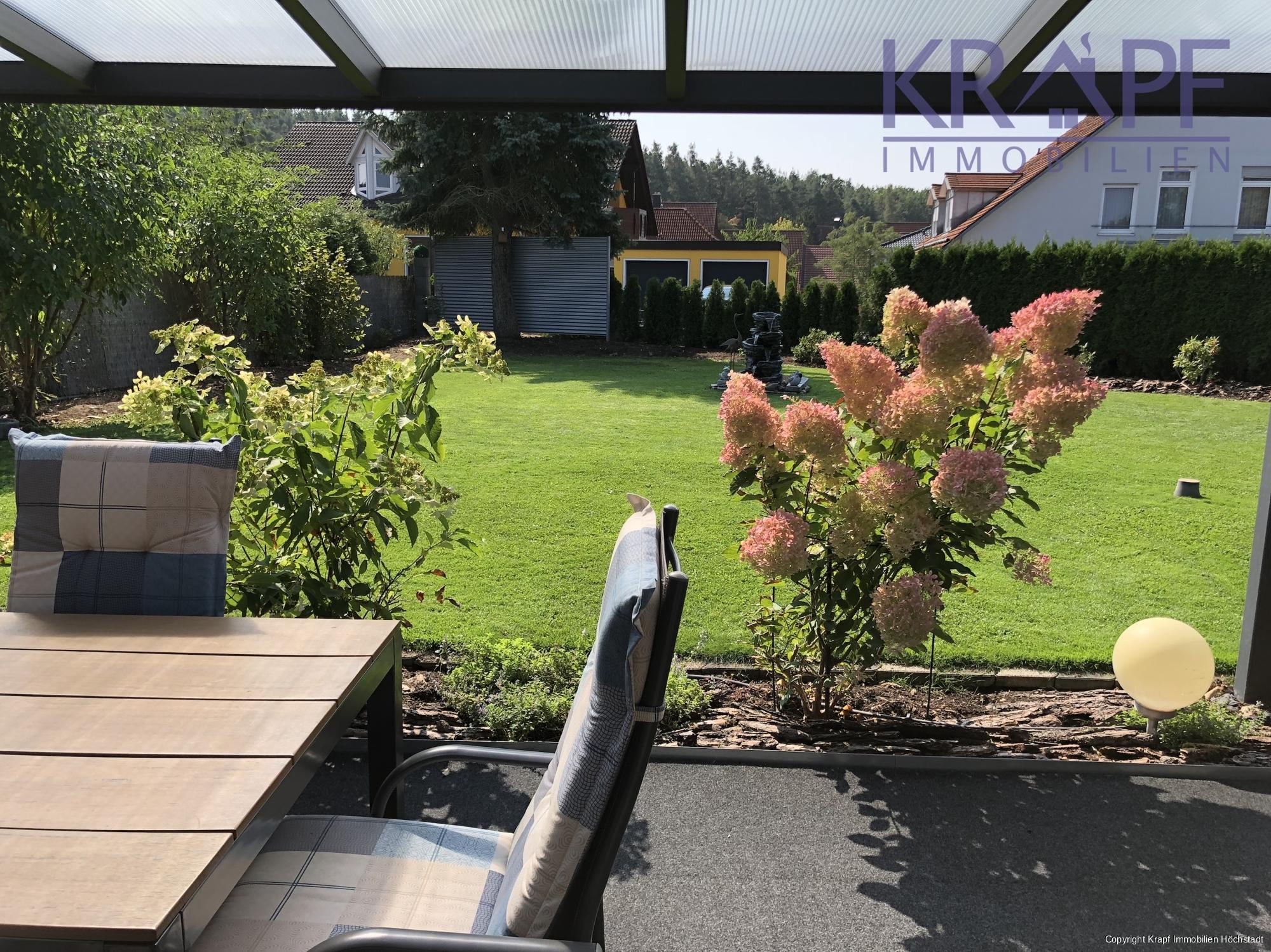 Blick in den wunderschön angelegten Garten
